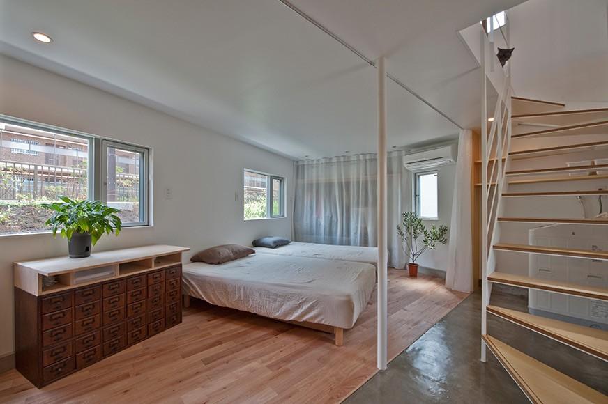 Compact Living:: House in Horinouchi by MIZUISHI Architect Atelier (photo © Hiroshi Tanigawa)