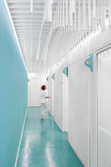 Dental Clinic in Spain Featuring Sculpture of 2884 Wooden Strips by Masquespacio