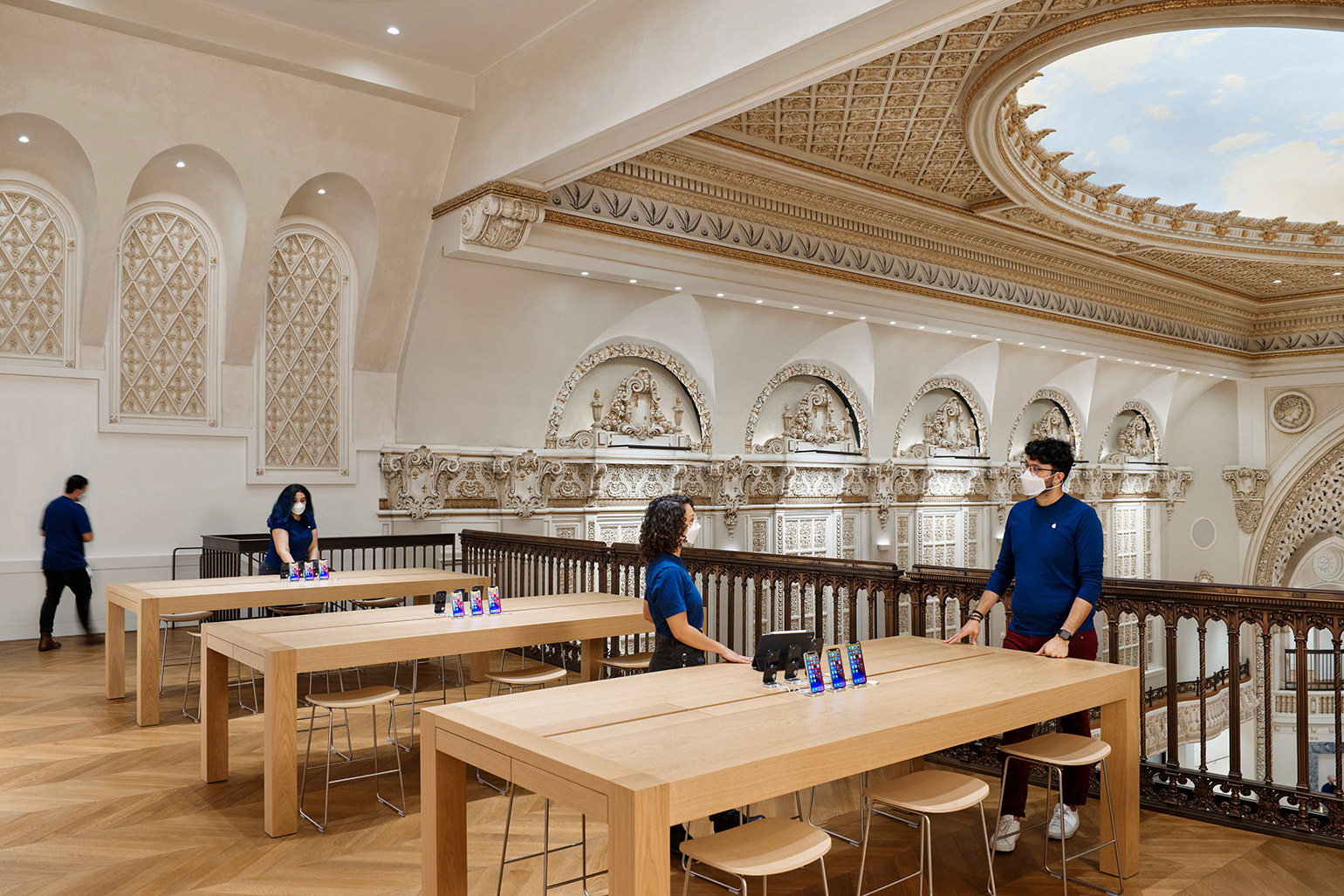 New Apple Store by Foster + Partners Opens in Historic Tower Theater in Los Angeles